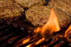 ψήσιμο στη σχάρα burgers Στοκ φωτογραφία με δικαίωμα ελεύθερης χρήσης