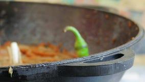 Ψήσιμο των καρότων και των κρεμμυδιών στο τηγάνισμα του τηγανιού απόθεμα βίντεο