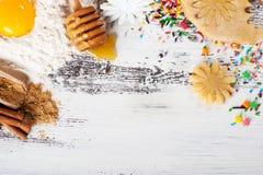 Ψήσιμο υποβάθρου Συστατικά για τα μπισκότα πιπεροριζών Στοκ φωτογραφίες με δικαίωμα ελεύθερης χρήσης