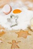 Ψήσιμο Χριστουγέννων: κόπτης αγγέλου χιονιού στο αλεύρι με το λέκιθο αυγών στοκ φωτογραφίες
