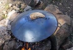Ψήσιμο Pitabread σε μια πυρά προσκόπων στοκ φωτογραφίες