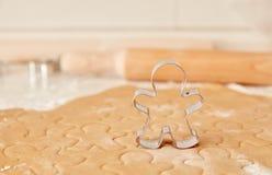 Ψήστε τα μπισκότα μελοψωμάτων Χριστουγέννων, που μαγειρεύουν στην κουζίνα Στοκ φωτογραφία με δικαίωμα ελεύθερης χρήσης