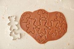 Ψήστε τα μπισκότα μελοψωμάτων Χριστουγέννων, που μαγειρεύουν στην κουζίνα Στοκ εικόνες με δικαίωμα ελεύθερης χρήσης