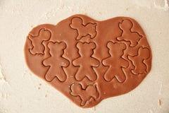Ψήστε τα μπισκότα μελοψωμάτων Χριστουγέννων, που μαγειρεύουν στην κουζίνα Στοκ Εικόνες