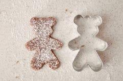 Ψήστε τα μπισκότα μελοψωμάτων Χριστουγέννων, που μαγειρεύουν στην κουζίνα Στοκ Φωτογραφίες