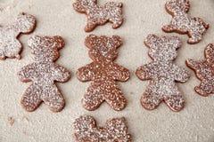 Ψήστε τα μπισκότα μελοψωμάτων Χριστουγέννων, που μαγειρεύουν στην κουζίνα Στοκ Φωτογραφία