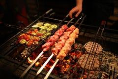 ψήστε το κρέας στη σχάρα Στοκ εικόνα με δικαίωμα ελεύθερης χρήσης