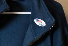 Ψήφισα την αυτοκόλλητη ετικέττα για τη μπλε ζακέτα που κρεμάστηκε στην κρεμάστρα Στοκ φωτογραφία με δικαίωμα ελεύθερης χρήσης