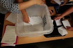 Ψήφος και ψηφοφορίες σε έναν σταθμό ψηφοφορίας στη Βαρκελώνη Στοκ Εικόνες