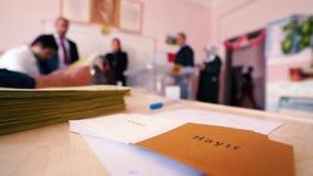 Ψήφος ψηφοφόρων που πέφτουν σε ένα κάλπη φιλμ μικρού μήκους