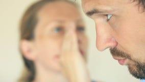 Ψίθυροι γυναικών στο μυστικό αυτιών ανδρών ` s Αυτός ` s Σχεδιάγραμμα μιας κινηματογράφησης σε πρώτο πλάνο ατόμων Το πρόσωπο γυνα φιλμ μικρού μήκους