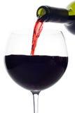 ψαλίδισμα μπουκαλιών κάτω από το συμπεριλαμβανόμενο μονοπάτι που χύνει το κόκκινο κρασί Στοκ Εικόνες