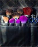 Ψαλίδι βουρτσών και εργαλεία του καλλιτέχνη makeup στο Μαύρο Στοκ Εικόνα