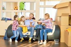 Ψαλίδι εγγράφου βράχου οικογενειακών παιχνιδιών Στοκ φωτογραφία με δικαίωμα ελεύθερης χρήσης