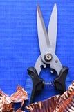 Ψαλιδίστε το απόρριμα κοπτών και χαλκού στο μπλε υπόβαθρο στοκ εικόνα με δικαίωμα ελεύθερης χρήσης