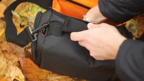 Ψαξίματα νεαρών άνδρων σε μια τσάντα απόθεμα βίντεο