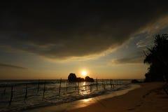 Ψαράδες ξυλοποδάρων στο ηλιοβασίλεμα σε Koggala στη Σρι Λάνκα Στοκ εικόνες με δικαίωμα ελεύθερης χρήσης