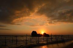 Ψαράδες ξυλοποδάρων στο ηλιοβασίλεμα σε Koggala στη Σρι Λάνκα Στοκ φωτογραφία με δικαίωμα ελεύθερης χρήσης