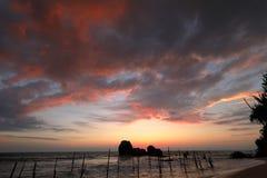 Ψαράδες ξυλοποδάρων στο ηλιοβασίλεμα σε Koggala στη Σρι Λάνκα Στοκ φωτογραφίες με δικαίωμα ελεύθερης χρήσης