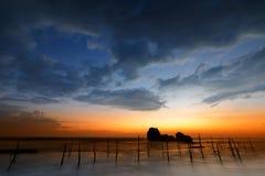 Ψαράδες ξυλοποδάρων στο ηλιοβασίλεμα σε Koggala στη Σρι Λάνκα Στοκ Φωτογραφία
