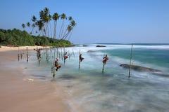 Ψαράδες ξυλοποδάρων της Σρι Λάνκα στην παραλία Koggala στοκ εικόνες