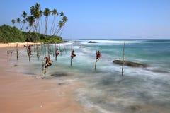 Ψαράδες ξυλοποδάρων της Σρι Λάνκα στην παραλία Koggala στοκ εικόνες με δικαίωμα ελεύθερης χρήσης