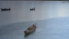Ψαράδες πολυάσχολοι μετά από το ηλιοβασίλεμα, Κόνακρι, Γουινέα απόθεμα βίντεο