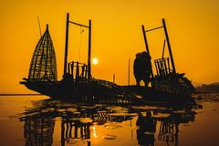 Ψαράδες που αλιεύουν στο χρυσό φως πρωινού, ψαράς που αλιεύει στον ποταμό, Ταϊλάνδη, Βιετνάμ, Myanmar, Λάος στοκ εικόνες