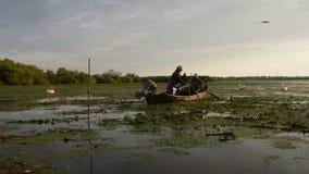Ψαράδες που ελέγχουν τα δίχτυα στην αυγή στο δέλτα Δούναβη απόθεμα βίντεο