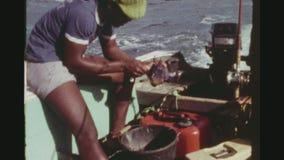 Ψαράδες που επιδεικνύουν τη σύλληψή τους απόθεμα βίντεο