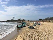 Ψαράδες στην παραλία Mahabalipuram με τα αλιευτικά πλοιάρια αλιείας τους Στοκ φωτογραφίες με δικαίωμα ελεύθερης χρήσης