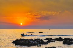 Ψαράδες στη βάρκα στην αυγή Στοκ εικόνα με δικαίωμα ελεύθερης χρήσης