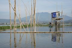 Ψαράδες στη λίμνη Rawa Pening, κεντρική Ιάβα, Ινδονησία στοκ φωτογραφίες