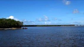 Ψαράδες στις εκβολές του ποταμού απόθεμα βίντεο