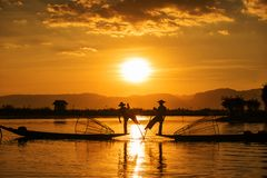 Ψαράδες Inle στο ηλιοβασίλεμα, το Μιανμάρ Στοκ Φωτογραφίες
