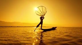 Ψαράς λιμνών της Βιρμανίας το Μιανμάρ Inle στη βάρκα που πιάνει τα ψάρια Στοκ Εικόνα