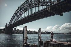 Ψαράς κάτω από τη γέφυρα στο ανάχωμα ποταμών στοκ φωτογραφίες με δικαίωμα ελεύθερης χρήσης