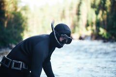 Ψαράς κυνηγών στη δασική ακτή ποταμών Στοκ Εικόνα