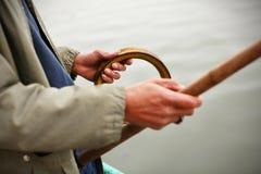 Ψαράς με μια απλή ράβδο αλιείας και μια συμβολοσειρά στοκ φωτογραφίες
