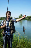 Ψαράς με την πέρκα στον ποταμό Chagan στοκ φωτογραφία με δικαίωμα ελεύθερης χρήσης