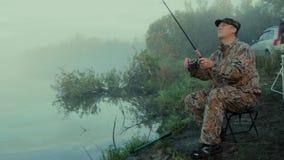 Ψαράς με την περιστροφή απόθεμα βίντεο