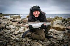 Ψαράς με τη μεγάλη πέστροφα θάλασσας Στοκ Εικόνες