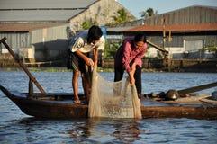 Ψαράς που αλιεύει με την αλιεία της φωλιάς στο Mekong δέλτα, Βιετνάμ Στοκ φωτογραφίες με δικαίωμα ελεύθερης χρήσης