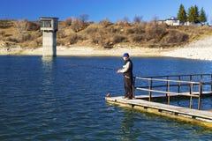 Ψαράς που αλιεύει στην μπλε λίμνη στοκ εικόνες με δικαίωμα ελεύθερης χρήσης