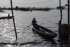 Ψαράς που διασχίζει μια λίμνη Στοκ εικόνα με δικαίωμα ελεύθερης χρήσης