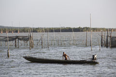 Ψαράς που διασχίζει μια λίμνη Στοκ φωτογραφία με δικαίωμα ελεύθερης χρήσης