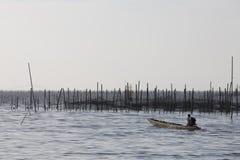 Ψαράς που διασχίζει μια λίμνη Στοκ Φωτογραφία