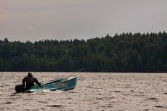 Ψαράς που κολυμπά motorboat Στοκ εικόνες με δικαίωμα ελεύθερης χρήσης