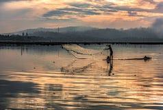 Ψαράς που πιάνει τα ξημερώματα ψαριών Στοκ εικόνα με δικαίωμα ελεύθερης χρήσης
