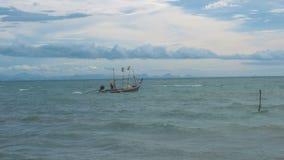 Ψαράς που πλέει στη θυελλώδη θάλασσα απόθεμα βίντεο